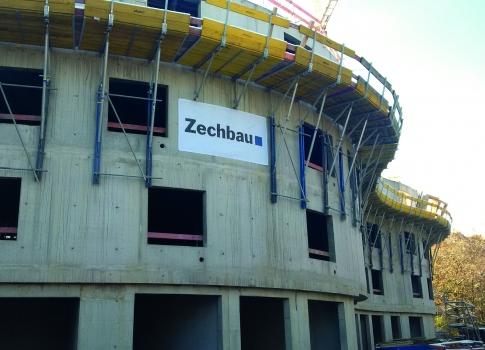 Für den Schutz der Baustellenmannschaft sorgt eine Faltbühne.