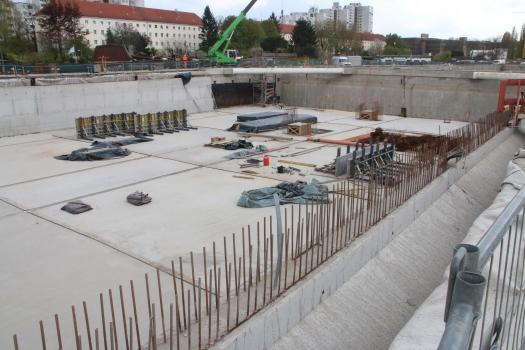 Baustelle der A 100 nahe der Grenzallee: Die Trasse verläuft auf 386 m im Tunnel und auf rund 2,3 km in Troglage.