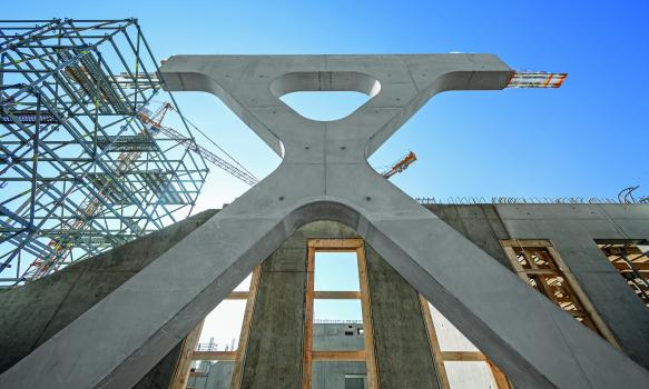 Das geometrisch anspruchsvolle Betonfachwerk : Das geometrisch äußerst anspruchsvolle Betonfachwerk mit den verschachtelt angeordneten Schrägstreben war in hoher Sichtbetonqualität auszuführen.