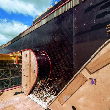 Ein großformatiger Aussparungskasten : Einer der 89 großformatigen Aussparungskästen, die zur Herstellung des außergewöhnlichen Betonfachwerks als projektspezifische Maßelemente individuell gefertigt wurden.
