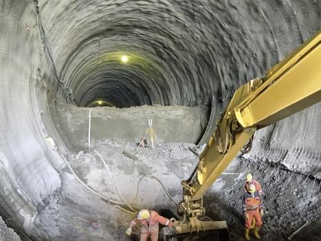 Nach der Sprengung wird die Tunnelsohle abgegraben.