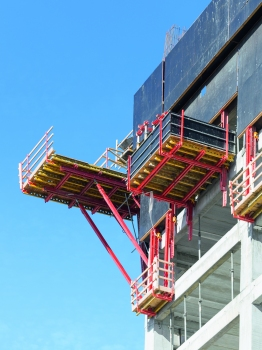 For forming the oblique-angled building corners – due to the façade inclinations – specially designed corner platforms are being used which are based on system equipment