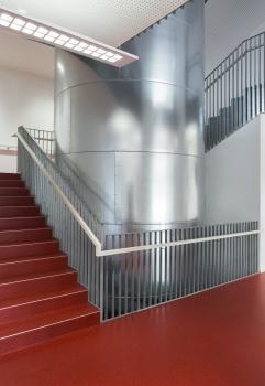 Lycée technique pour professions de santé:Les escaliers raidisseurs sont construits en béton armé.