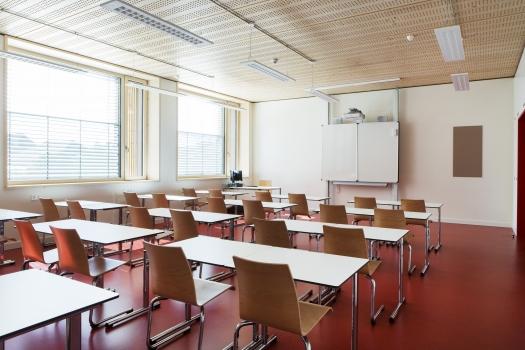 Lycée technique pour professions de santé: 27 salles de classe et une salle polyvalente de 200 m² offrent aux enseignants et aux élèves un environnement de classe moderne.