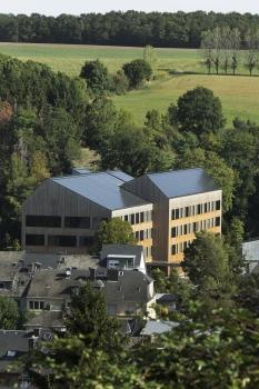 Lycée technique pour professions de santé:Des modules photovoltaïques servent de couverture de toit.