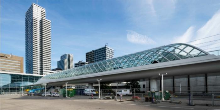 Die Überdachung aus Rechteckhohlprofilen überspannt die röhrenförmige Lightrailstation diagonal.
