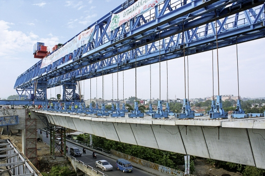 The launching gantry and some of about 1,000 precast segments, of which the hollow box girders consist.
