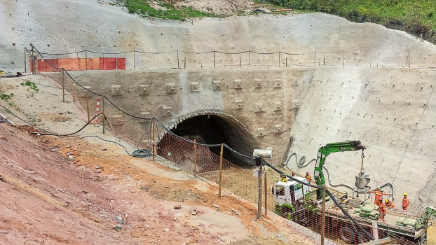 Due to the limited space in the portal areas, construction work proved to be difficult.