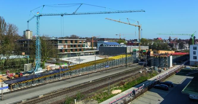 Die Fuß-und Radwegbrücke schwingt sich beim Konstanzer Bahnhof Petershausen Z-förmig über die Gleise. Die Rohbauarbeiten dauerten nur wenige Monate.