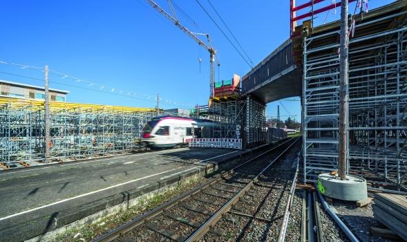 Bei laufendem Bahnbetrieb ermöglichte eine formgebende Traggerüstlösung die Herstellung der beiden parallel zur Bahnlinie geführten, jeweils 100 m langen Stahlbetonrampen.