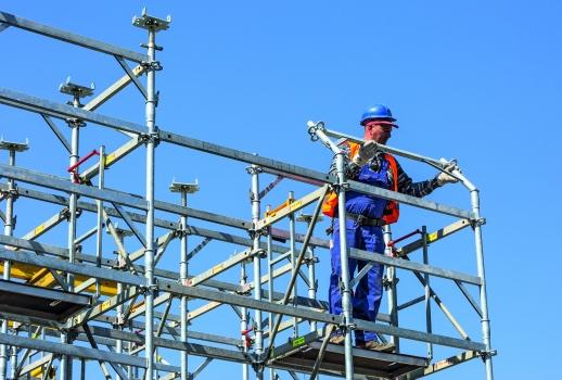 Sicher arbeiten: Die stehende Montage der bis zu 6 m hohen, räumlich verbundenen Stütztürme erfolgte im Schutz eines vorlaufenden Geländers.