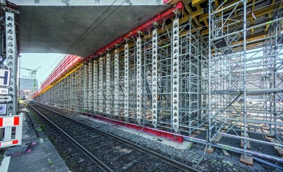 Jochscheiben trugen die konzentrierten Linienlasten der Fertigteil-Gleisüberbrückungen links und rechts der Bahngleise in den Untergrund ab.