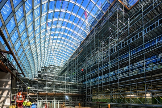Chadstone Shopping Centre : PERI Australia supplied a comprehensive planning solution for the up to 20 m high load-bearing shoring and working scaffold up to 85 m long. Thanks to the lightweight system components, the scaffolding could be erected and dismantled without a crane
