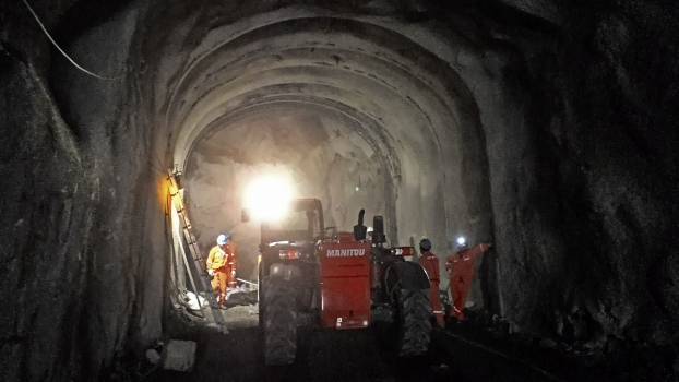 The tunnel was mainly excavated by drilling and blasting.