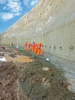 For the slope stabilization of an access tunnel to the Chilina Bridge, soil nails were installed in layers.  : For the slope stabilization of an access tunnel to the Chilina Bridge, soil nails were installed in layers.