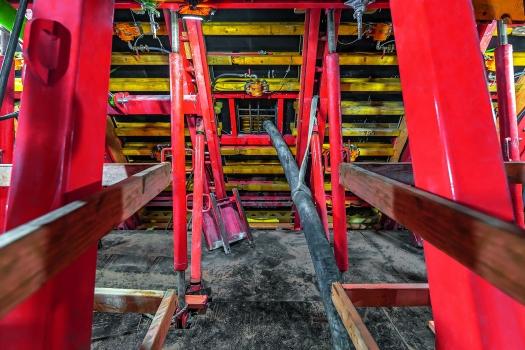 Um das Tragwerk sicher im Gleichgewicht zu halten, wurde auf beiden Seiten abwechselnd Betoniert. An der Schalung montierte Rüttler garantierten die gleichmäßige Verteilung des Betons.