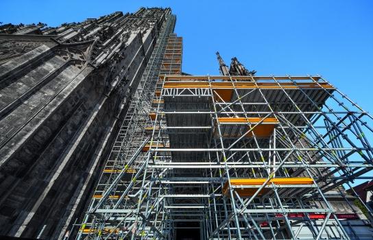 Zur Durchführung umfangreicher Sanierungsmaßnahmen am Hauptturm dient ein modulares Gerüstsystem mit einem 71 m hohem Arbeits- und Schutzgerüst sowie einer Schwerlastplattform in 7 m Höhe.