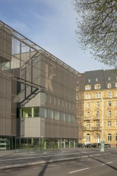 Die innere Hülle der Kunsthalle Mannheim besteht aus dunkelgrauen Faserzementplatten.