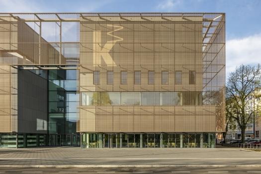 Die zweite Hülle der Kunsthalle Mannheim besteht aus einem bronzefarbenen Metallnetz.