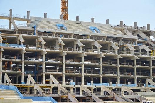 Zur Verkürzung der Bauzeit wurden beim Bau der Tribünen Betonfertigteilstützen verwendet.  : Zur Verkürzung der Bauzeit wurden beim Bau der Tribünen Betonfertigteilstützen verwendet.