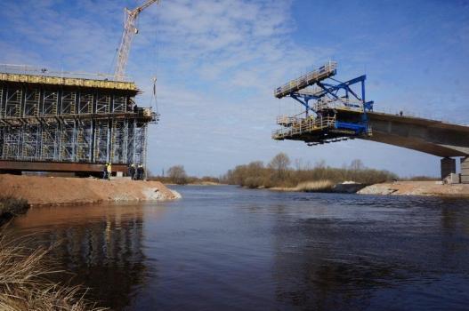 Die Tartu-Brücke über den Emajõgi wird mit dem Unterstellungsgerüst Staxo 100 und dem Doka-Freivorbauwagen errichtet. : Die Tartu-Brücke über den Emajõgi wird mit dem Unterstellungsgerüst Staxo 100 und dem Doka-Freivorbauwagen errichtet.