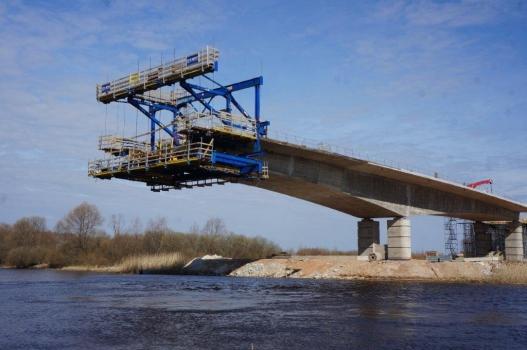 Bei der Tartu-Brücke kommt im Baltikum erstmals ein Doka-Freivorbauwagen zum Einsatz.