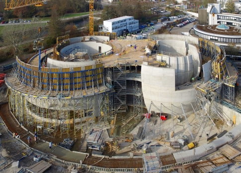 The challenges presented by the formwork for the simultaneously inclined and curved walls of the ESO Planetarium and Visitors Centre are significant.