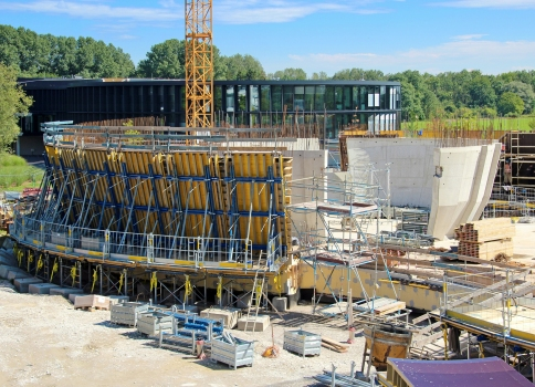 In the lower cycles the cast-in-place building construction sections open up towards the top before the walls start sloping toward each other again. Large-area formwork Top 100 tec is used for precise fabrication of walls, some of which are 18.00 m high and inclined up to 23.5°