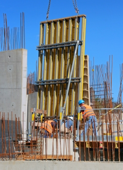 Formwork panel positioning demands an unusually high level of precision. It is aligned by means of a tachymeter and checked several times prior to pouring the concrete.