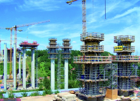 Pairs of super-slim circular reinforced columns carry the superstructure. The diameter is no more than 2.80 m at the widest and the highest piers are 57 m tall