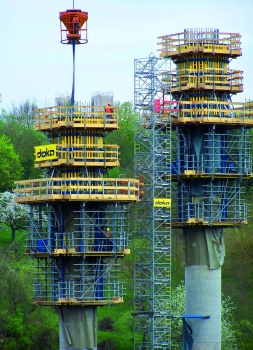 The formwork for the circular-section primary piers climbs with Automatic climbing formwork Xclimb 60. Guiding shoes hold the system locked against the structure at all times
