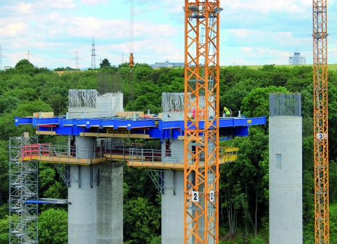 A closed workspace flat measuring 340 m² for the pier-head formwork is poised 50 m above the valley floor