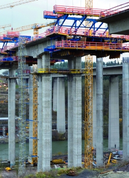 Doka supplied four cantilever forming travellers with four longitudinal trusses per carriage for building the superstructure of the Lahntal viaduct. Complete with formwork and platforms, each cantilever forming traveller weighs about 130 metric tons.