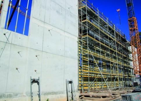 Um den Eisenflechtern und Betonbauern die Arbeit zu erleichtern, ist ein Arbeitsgerüst mit einer Arbeitsbreite von 73 cm aufgestellt.  : Um den Eisenflechtern und Betonbauern die Arbeit zu erleichtern, ist ein Arbeitsgerüst mit einer Arbeitsbreite von 73 cm aufgestellt.