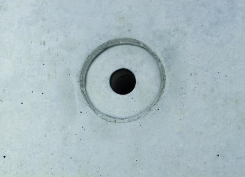 Es zeichnen sich keine störenden Schrauben- oder Nietenabdrücke im Beton ab. Die innenliegenden Ankerstellen betonen die Ansichtsfläche. : Es zeichnen sich keine störenden Schrauben- oder Nietenabdrücke im Beton ab. Die innenliegenden Ankerstellen betonen die Ansichtsfläche.
