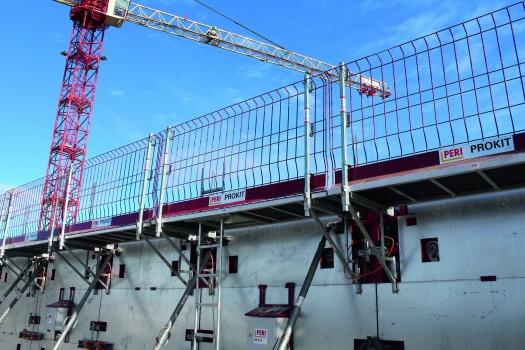 Auch zum Anschließen eines Konsolensystems sind passende Aussparungen in der heizbaren Schalung vorgesehen. Das Konsolensystem diente als sichere Arbeits- und Betonierplattform.