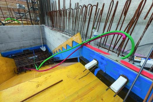 Zwischen Treppe und seitlicher Wand sorgt eine nicht tragende Fugenplatte für sichere schalltechnische Entkopplung und verhindert das Eindringen von Schmutz und Steinchen.