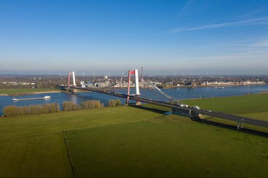 Sanierung der Emmericher Brücke : Die Rheinbrücke Emmerich ist mit ihrem 803 m überspannenden Stahlüberbau Deutschlands längste Hängebrücke.