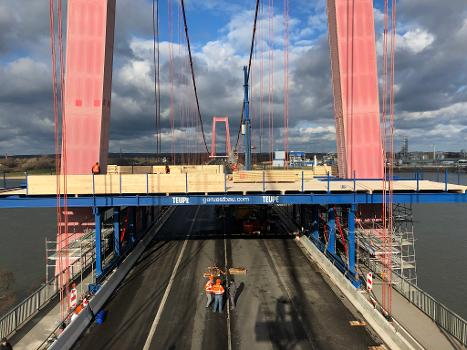 Sanierung der Emmericher Brücke : Während der Sanierungsarbeiten wird der Verkehr auf zwei Fahrstreifen aufrechterhalten, immer einer je Fahrtrichtung. Die Generalsanierung dauert voraussichtlich bis Sommer 2023.
