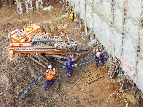 In the walls of the Berlin-type support system, 419 semi-permanent strand anchors with a total weight of 40 t were installed. : In the walls of the Berlin-type support system, 419 semi-permanent strand anchors with a total weight of 40 t were installed.