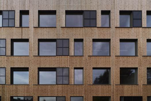 Lycée technique pour professions de santé:Les façades sud-ouest et ouest sont revêtues de panneaux solaires thermiques.