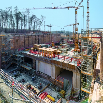 Tunnelbau in 44 Abschnitten und in offener Bauweise : Der Tunnel wird in 44 Abschnitten in offener Bauweise erstellt. Wand- und Deckenstärken von 2 m sowie zahlreiche Störstellen sind die Regel: kaum ein Takt gleicht dem anderen.