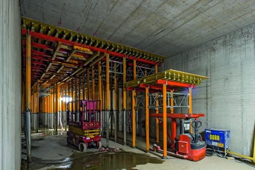 Durchfahrtsöffnung in den Tunnelquerschnitten : Die Durchfahrtsöffnung innerhalb der Tunnelquerschnitte erlaubt das Umsetzen der abgesenkten Deckentische in den jeweils nächsten Bauabschnitt.