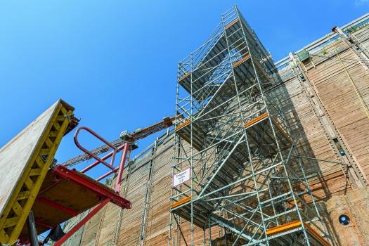 Treppen erschließen die bis zu 20 m tiefe Baugrube : Treppen mit 1,00 m breiten Treppenläufen erschließen die Arbeitsbereiche der bis zu 20 m tiefen Baugrube.