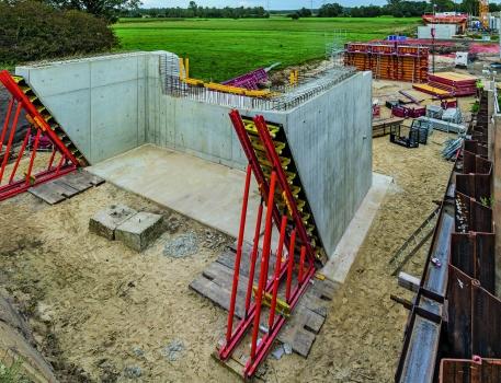 """VARIOKIT Ingenieurbaukasten : Der """"VARIOKIT Ingenieurbaukasten"""" wird vielseitig eingesetzt: als Abstützungskonstruktion für die Widerlagerflügel und als Gespärrefachwerk für den Brückenüberbau."""
