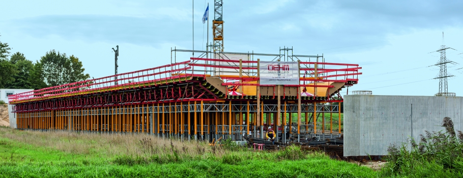 Die 211 m lange Brücke im Überflutungsgebiet der Ems ruht auf 85 Bohrpfählen und wird in drei Betonierabschnitten mit jeweils 57 m bzw. 88 m Länge hergestellt.