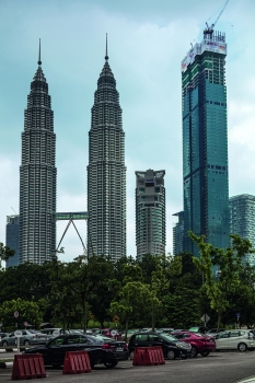 Located right next to the striking Petronas Towers (left) is another architectural highlight in Kuala Lumpur: the Four Seasons Centre. : Located right next to the striking Petronas Towers (left) is another architectural highlight in Kuala Lumpur: the Four Seasons Centre.