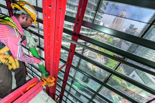 Limited crane capacity is very often the limiting factor in constructing high-rise buildings. Through the use of mobile self-climbing devices, the required crane time at the Four Seasons Hotel could be minimized.