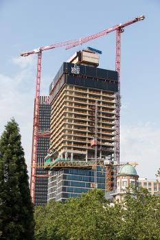 Aufzüge für den Bau des ONE FORTY WEST : Für den Bau des Hotel- und Wohn-Hochhauses wurden zwei Aufzuganlagen mit 55 m Höhe (links im Bild) und 140 m Höhe errichtet (rechts).