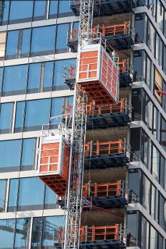 Jede Aufzuganlage hat zwei Fahrkörbe : Die vier Aufzugkabinen der beiden Anlagen verfügen jeweils über eine Nutzlast von bis zu 3,2 t bzw. 29 Personen und haben eine Grundfläche von 1,50 x 3,90 m.